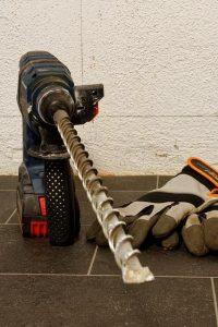 Že kompakten akumulatorski udarni vrtalnik je lahko v veliko pomoč pri domačih projektih