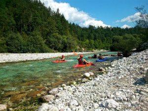 Rafting Soča skupaj s kajakom predstavlja daleč najbolj priljubljeno opcijo za turiste