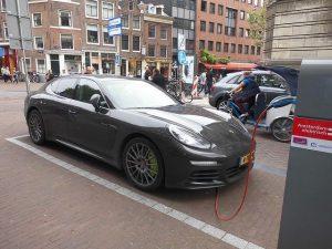 Če upoštevamo stroške pregleda in letne dajatve, je registracija vozila za električni avto cenejša